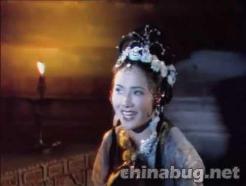 妖怪让寺里的僧人给她送杯茶时,她的头饰是这样的; 央视86版《西游记